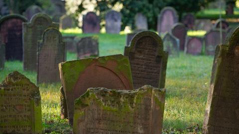 Alte Grabsteine sind in Worms auf dem jüdischen Friedhof zu sehen