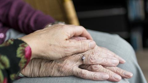 Sterbehilfe Streichelnde Hände