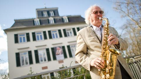 Jazz-Musiker Emil Mangelsdorff mit seinem Saxophon vor dem Holzhausenschlösschen in Frankfurt