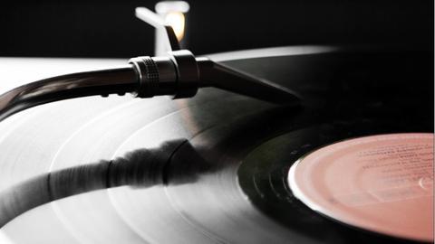 Eine Schallplatte dreht sich auf dem Plattenteller