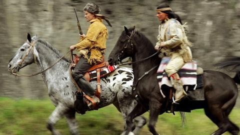 """""""Old Firehand"""" (Norbert Braun, l) und """"Winnetou"""" (Benjamin Armbruster) reiten über die Naturbühne im sauerländischen Elspe."""