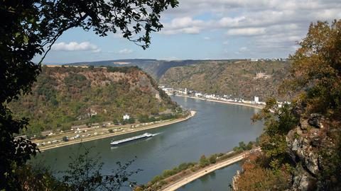 Blick vom Loreleyfelsen auf den Rhein in St. Goarshausen