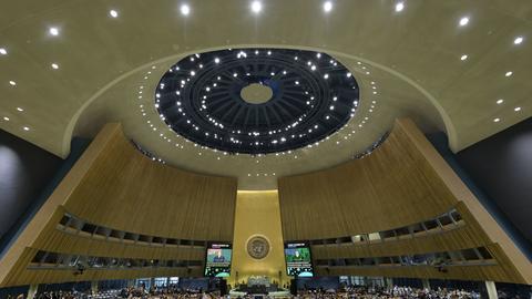 Ein Überblick der die Sitzung der UNO-Generalversammlung am 30. Jahrestag der Verabschiedung der Konvention über Kinderrechte. Vor dem Beginn der Generaldebatte am Dienstag werden die Vereinten Nationen ihr 75-jähriges Bestehen mit einer hochrangig besetzten Veranstaltung feiern. Aufgrund der Coronavirus-Pandemie findet das Plenum größtenteils virtuell statt, die Teilnehmer schicken vorab aufgezeichnete Videos.
