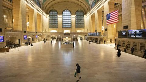 """Nur wenige Pendler gehen am Morgen durch den Bahnhof """"Grand Central Terminal"""". Aufgrund der Corona-Pandemie und den erlassenen Ausgangsbeschränkungen sind nur wenige Menschen in New York unterwegs."""