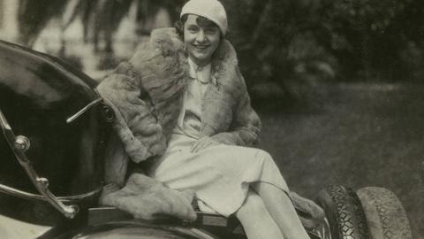 Junge Frau im Pelzmantel auf dem Heck eines Automobils. Foto, Berlin, undatiert, um 1930