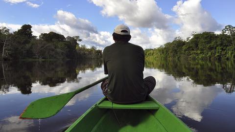 Mann in einem Boot auf dem Amazonas