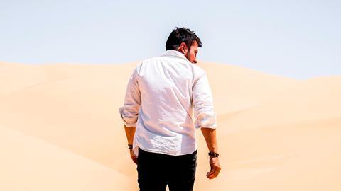 Mann läuft in der Wüste