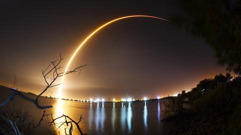 """Mond Eine Rakete der Firma SpaceX vom Typ """"Falcon 9"""" hebt vom Weltraumbahnhofs Cape Canaveral"""