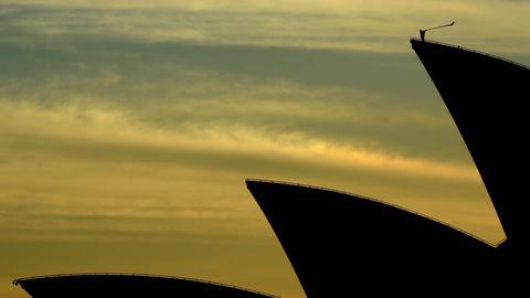 Ein Alphorn-Bläser auf dem Dach des Opernhauses in Sydney