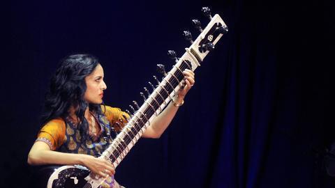 Anoushka Shankar spielt Sitar.
