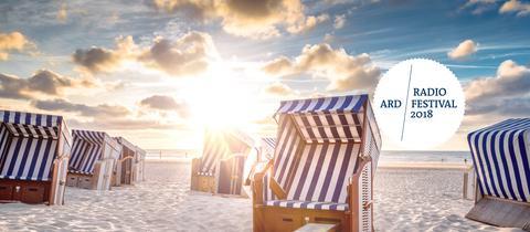 Strandkörbe in der untergehenden Sonne