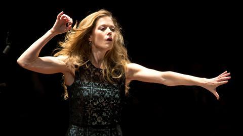 Barbara Hannigan dirigiert und singt.