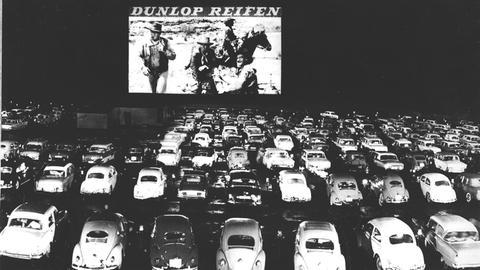 Premierenvorstellung im ersten deutschen Autokino in Gravenbruch bei Frankfurt am Main im April 1960.