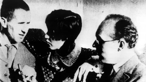 Bertolt Brecht mit Kurt Weill und dessen Ehefrau Lotte Lenya, die viele von seinen Songs gesungen hat.