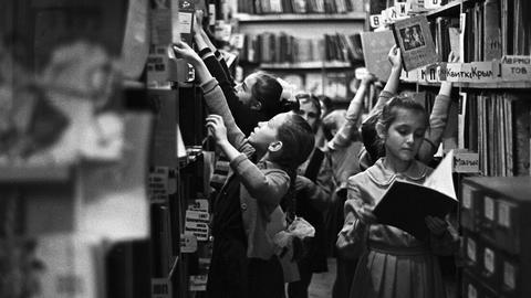 Kinder stöbern in der Bibliothek im Jahr 1968.