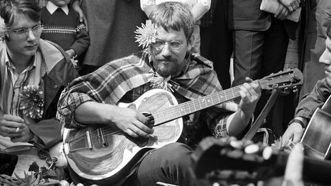 Ein kleines Hippie-Happening gab es am 08.09.1967 auf dem Kennedyplatz in Essen. Es wurde musiziert und Blumen an die Passanten verteilt. Eines war auffällig: Es handelte sich, auch zum Bedauern der Anwesenden, ausschließlich um männliche Hippies - weibliche Blumenkinder sind in Essen noch nicht gesehen worden.