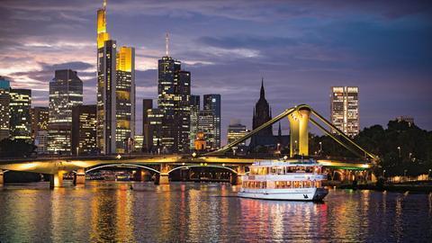 Schiff vor dem Eisernen Steg in Frankfurt bei Nacht