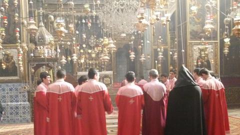 Schüler und Priester beim Gottesdienst in der Kathedrale St. Jakobus im armenischen Viertel von Jerusalem.