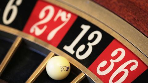 Eine Kugel liegt am 16.08.2016 in Dortmund (Nordrhein-Westfalen) in der Spielbank Hohensyburg auf dem Roulettetisch in der Roulette auf der Dreizehn.