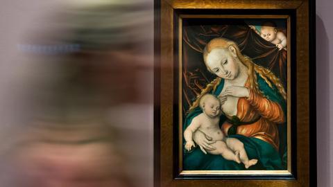 """Abbildung des Gemäldes """"Madonna, dem Christkind die Brust reichend"""" von Lucas Cranach dem Älteren"""