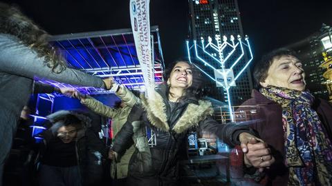 Jüdische Frauen tanzen ausgelassen zum Chanukka-Fest 2017 auf dem Opernplatz in Frankfurt.