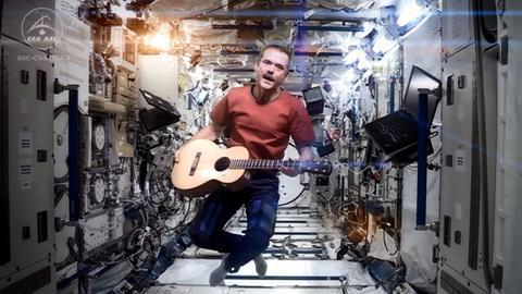 Chris Hadfield spielt auf der Internationalen Raumstation Gitarre.