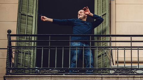 In einem wöchentlichen Ritual tanzen Bewohner von Barcelonas Stadtteil Eixample während der Corona-Krise auf dem Balkon.