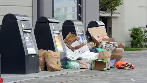 Während der Corona-Krise wurde viel online bestellt, jetzt stapelt sich der Abfall der Bestellungen wie hier in Berlin an den Müllschluckern.