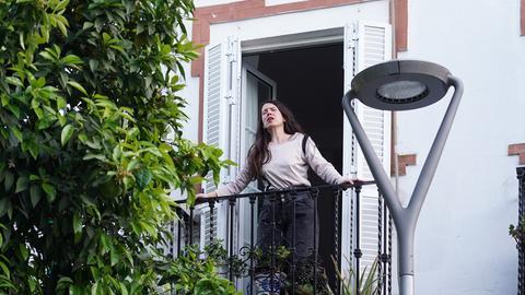 In Sevilla singt die Sängerin und Schauspielerin Monica Munoz vom Balkon ihres Hauses aus für ihre Nachbarn Opern.