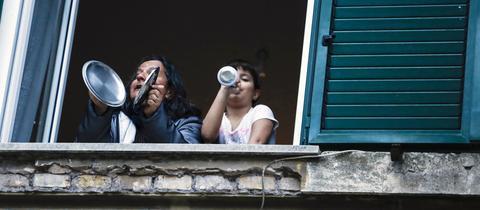 In Rom singen und spielen Menschen während eines Flashmobs gegen Einsamkeit.