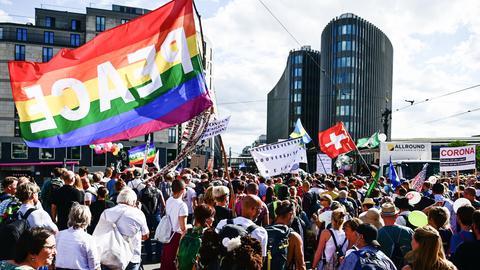 Berlin: Teilnehmer einer Demonstration gegen die Corona-Maßnahmen ziehen mit Fahnen und Transparenten durch die Stadt.