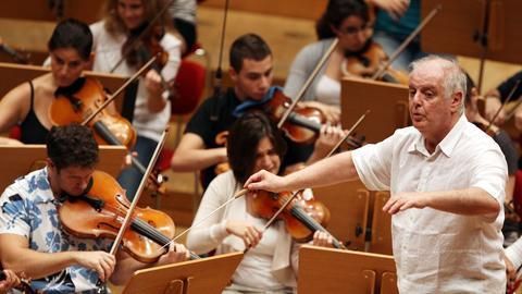 Daniel Barenboim probt mit dem West-Eastern Divan Orchestra.