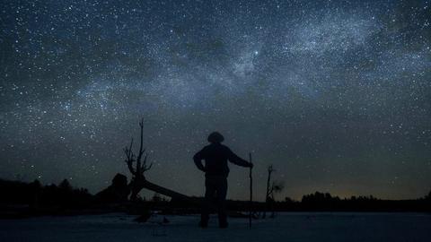 Dave Cooke beobachtet die Milchstraße über einem gefrorenen Fischschutzgebiet in der kanadischen Provinz Ontario