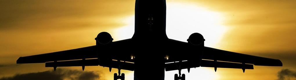 Flugzeug vor Wolkenhimmel
