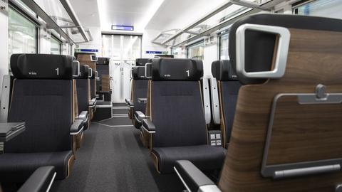 Erste-Klasse-Abteil in einem Schweizer Zug mit Sitzen in Nußbaum-Furnier