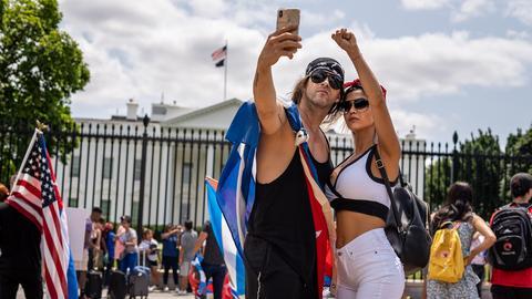 Ein Pärchen macht ein Selfie vor dem Capitol in Washington