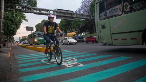 Radfahrer auf einem Radweg in Mexiko City