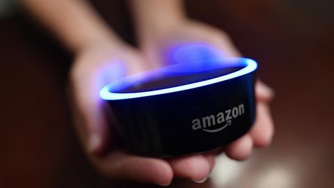 Zwei Hände halten den Smart-Lautsprecher von Amazon