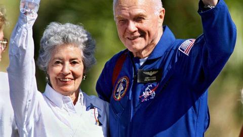 Der 77jährige US-Astronaut John Glenn und seine Ehefrau Annie winken am 8.11.1998 in Cape Canaveral vor ihrem Abflug zum Johnson-Raumfahrtzentrum in Houston.