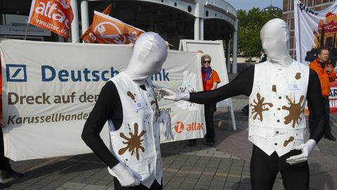 """Protest der Attac-Bewegung unter dem Motto ,,Deutsche Bank - Dreck auf der weißen Weste"""". Protest der Attac-Bewegung in Frankfurt, 23.05.2019."""