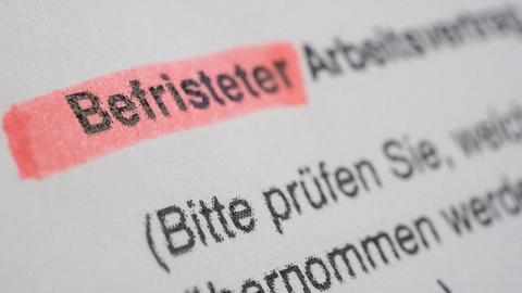 Ein befristeter Arbeitsvertrag, aufgenommen am 23.08.2017 in Berlin (gestellte Szene). F