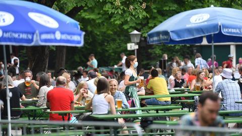 Gut besuchter Biergarten am Chinesischen Turm im Englischen Garten in München