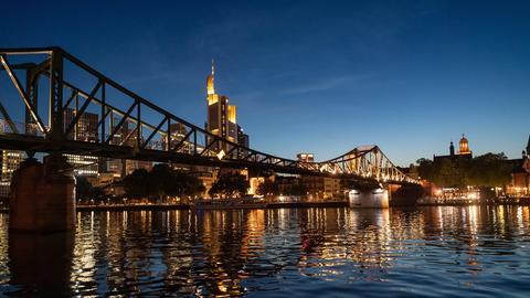 Die Skyline von Frankfurt am Main bei Sonnenuntergang