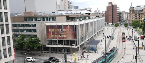 Straßenbahnen passieren am 24.05.2017 in Frankfurt am Main (Hessen) den Gebäudekomplex (l) von Schauspiel und Oper. Seit einem Jahr wird in Frankfurt über die Zukunft der maroden Städtischen Bühnenanlage diskutiert. Frankfurts Schauspiel und Oper sind in einer 1963 gebauten Theater-Doppelanlage untergebracht. Sie gilt als eine der größten in Europa, ist jedoch dringend sanierungsbedürftig.