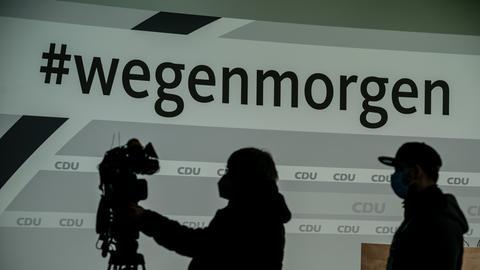 Technische Mitarbeiter bereiten das Studio für den digitalen Bundesparteitag der CDU mit dem Slogan #wegenmorgen vor.
