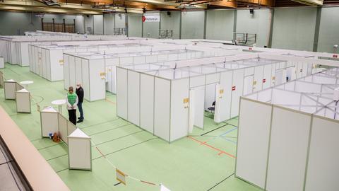 Blick in Großsporthalle mit Impf-Kabinen