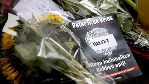 Blumen, Kerzen und Unterstützungsbotschaften an Peter R. de Vries im Zentrum von Amsterdam.