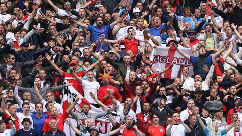 England - Deutschland, Finalrunde, Achtelfinale im Wembley Stadion. Englands Fans feiern vor dem Spiel.