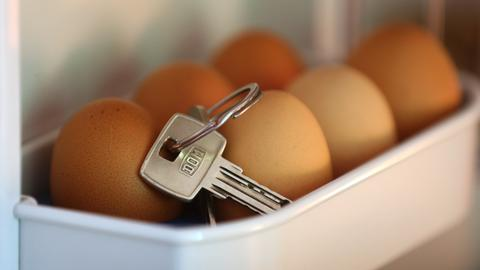 Ein Schlüsselbund liegt in einem Kühlschrank auf den Eiern.