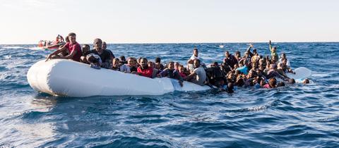Such- und Rettungsmission im Mittelmeer vor der libyschen Küste am 27. Januar 2018; Rettung von circa 90 Menschen in Seenot; Zwei tote Frauen;